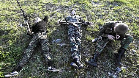 Venäläisen Yermolovin kadettikoulun oppilaat lepäsivät taisteluharjoitusten välissä. Stavrpoolissa sijaisteva koulu perustettiin 10 vuotta sitten. Sekä tytöt että pojat voivat opiskella koulussa, jossa on tavallisen koulunkäynnin lisäksi sotilaskoulutusta.