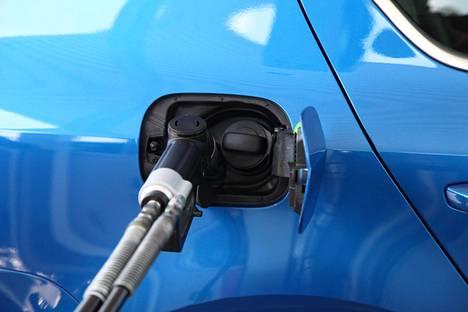 Kaasuauton tankkaamisen ajan voi istua vaikka sisällä lämpimässä autossa.