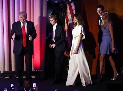 Melania edusti vaali-iltana Ralph Laurenin 3000 euron haalarissa.