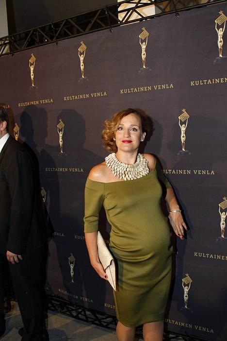 Näyttelijä Sanna Stellan odottaa kolmatta lastaan.