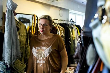 Yrittäjä Terhi Pilke aikoo sulkea kauppansa pääsiäiseksi.