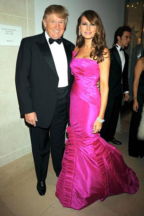 Pinkki on ehdottomasti yksi Melanian lempiväreistä. Donald ja Melania Costume Institute -gaalassa keväällä 2008.