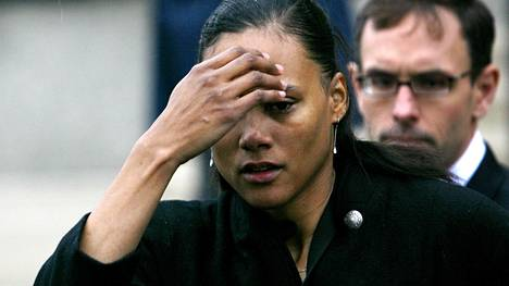 Marion Jones itki puhuessaan medialle New Yorkissa talvella 2008.