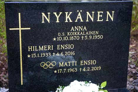 Urallaan viisi olympiamitalia voittaneen Matti Nykäsen hautakiveä koristavat nyt olympiarenkaat.