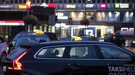 Taksivalaisimelle on määritelty myös vähimmäiskoko- ja värivaatimukset, eli valaisimen pitää olla musta-keltainen ja minimissään 20 cm leveä ja 10 cm korkea.