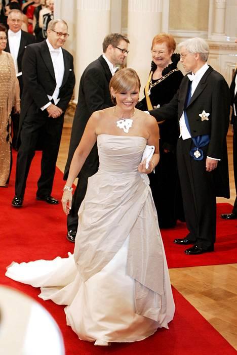 Vuonna 2006 Korhola pukeutui pukuliike Meslewiltä hankittuun vaaleaan iltapukuun, jossa oli suuri laahus. Presidentti Halonen nauroi Korholan vitsaillessa siitä, että hän tuli laahuksellaan siivoamaan Linnan nurkkia.