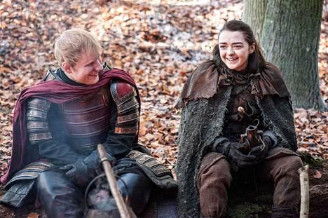 Ed Sheeran ja Maisie Williams Game of Thronesissa. Laulaja teki sarjassa kolmen minuutin mittaisen cameoroolin, eli hän esitti itseään.