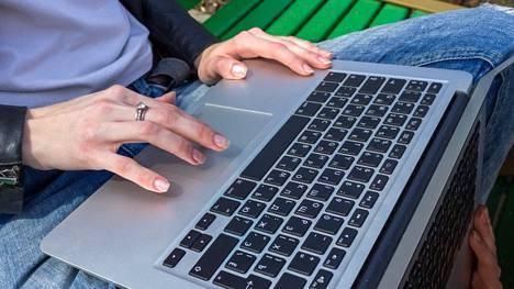 Moni on viettänyt pitkät ajat töissä tai opintojen parissa ainoastaan tietokone seuranaan.