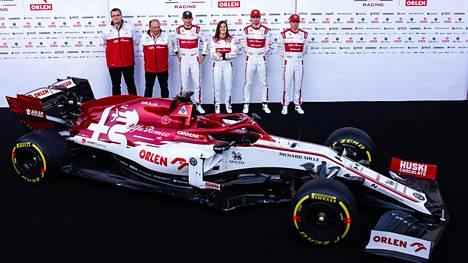Kimi Räikkönen ja muu Alfa Romeo -tallin väki esittelivät autoaan helmikuussa Barcelonassa.
