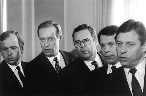 Ystävyys loppui ja porvarihallitus jäi haaveeksi, mutta Ilkka Suominen ryhtyi ministeriksi pääministeri Harri Holkerin sinipunahallitukseen. Kuvassa ministerinvalaa vannomassa myös Erkki Liikanen, Ilkka Kanerva ja Pertti Salolainen.