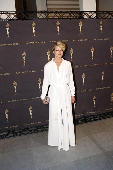 Matleena Kuusniemi sai parhaan naisnäyttelijän palkinnon Kultainen Venla -gaalassa. Näyttelijä erottautui mustavoittoisesta pukuloistosta valkoisessa juhlapuvussaan.