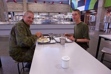 Jääkärit Mikael Willström ja Alex Patvikko kertovat syövänsä mielellään uunimakkaraa ja kanakeittoa.