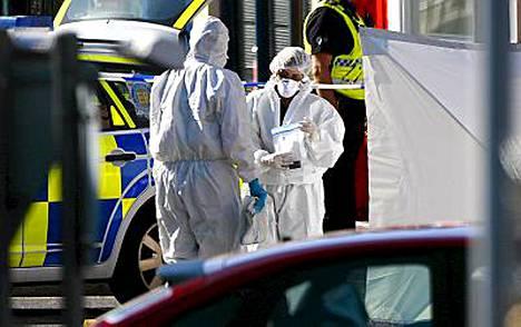 Poliisin rikostekniset tutkijat keräsivät todistusaineistoa ampumapaikalta Cumbriassa.
