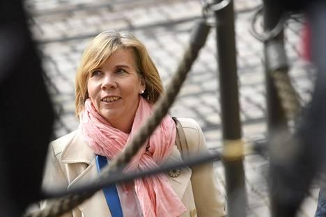 Puheenjohtaja Anna-Maja Henriksson (r).