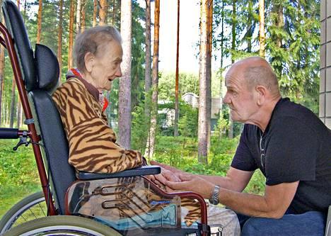 Jukka Vanhala palasi Suomeen hoitamaan dementoitunutta äitiään.