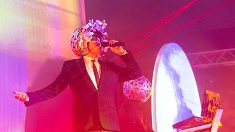Laulaja Neil Tennant otti yleisöön kontaktia tyylilleen uskolliseen tapaan maltillisesti.