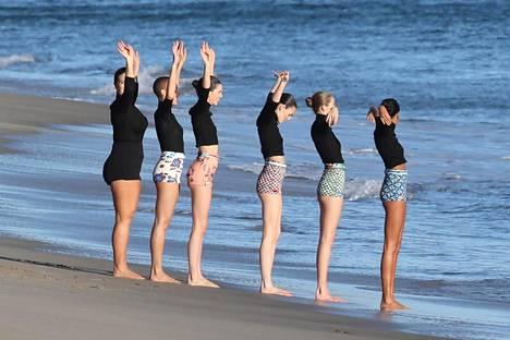Paparazzikuvat paljastavat, että Ashley Grahamin (vasemmanpuoleisin malli) yllä oli kuvauksissa oikeasti kokomustat vaatteet.