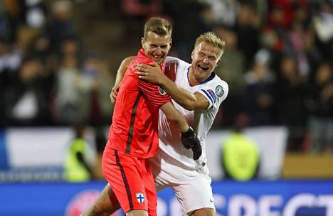 Lukas Hradecky ja Paulus Arajuuri riemuitsivat tärkeän voiton varmistuttua.