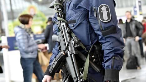 Helsinki-Vantaan lentoasemalla partioivat poliisit ovat kantaneet konepistoolia jo muutaman kauden. Nyt kaikki kentällä liikkuvat partiot aiotaan varustaa samanlaisilla aseilla.