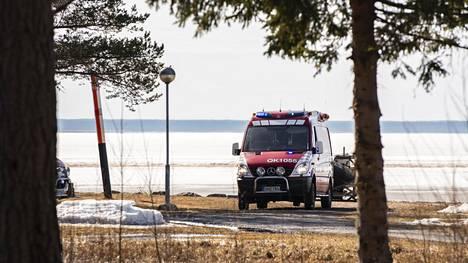 Liminganlahdella pelastuslaitos ja poliisi pelastivat kolme veden varaan joutunutta ihmistä.