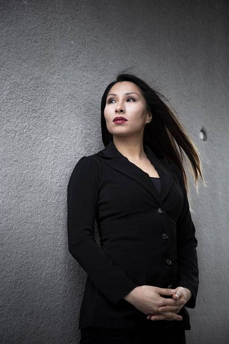 """""""Nyt halusin kertoa kokemuksistani avoimesti, jotta ilmiöön alettaisiin viimein suhtautua asiaan kuuluvalla vakavuudella"""", Eva Tawasoli kertoo Ilta-Sanomille."""