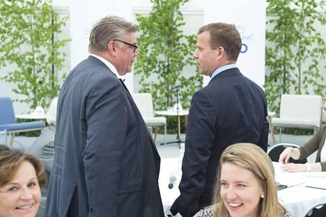 Timo Soini ja Petteri Orpo keskustelivat Naantalin Kultarannassa kesäkuussa.