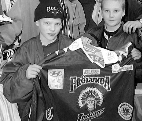 """""""Intiaanilogosta on tullut nuorten fanien himoitsema keräilytavara"""", sanottiin Ilta-Sanomien kuvatekstissä vuonna 1996."""