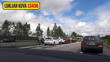 Kuuden auton ketjukolarin raivaustyöt ohi nelostiellä – liikenne kulkee jälleen