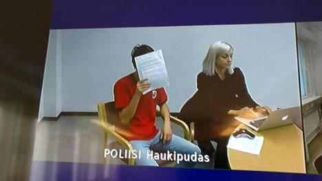 Epäilty mies istuu Haukiputaan poliisivankilassa. Häntä avustaa asianajaja Ulla-Maija Pöhö.