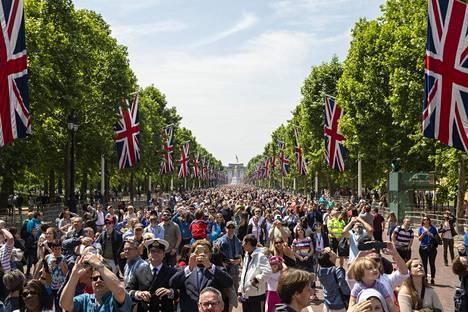 Buckinghamin palatsin edustalle oli kerääntynyt tuhansia ihmisiä seuraamaan paraatia ja hävittäjien näytöstä.
