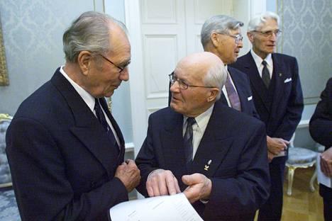 Oslon kultamitalijoukkue palkittiin Pro Urheilu -palkinnolla vuonna 2001. Kuvassa Urpo Korhonen (vas.) ja Paavo Lonkila.
