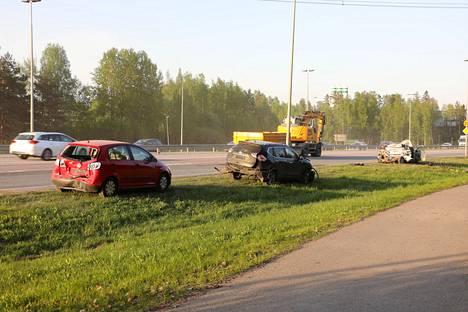 Törmäyksen johdosta myös kaksi edellä ajanutta henkilöautoa saivat vaurioita.