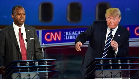 Donald Trump väisteli sivalluksia republikaanien vaaliväittelyssä CNN:llä. Vierellä yksi vastaehdokas Ben Carson.