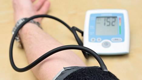Kohonnut verenpaine rassaa aivoverisuonia, sanoo geriatrian professori Timo Strandberg.