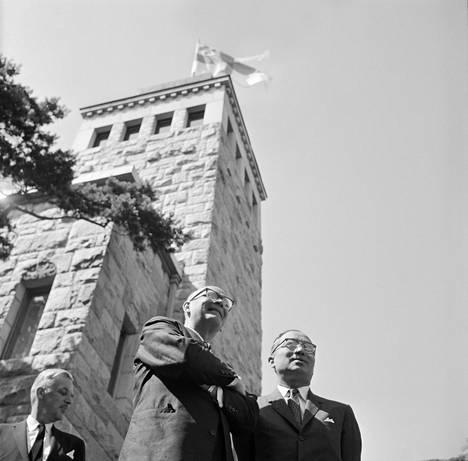 V. K. Hietanen sai usein kuvata presidentti Urho Kekkosen (oikealla) vieraita presidentin kesäasunnolla Naantalin Kultarannassa. Kuvassa vasemmalla YK:n pääsihteeri U Thant, joka vieraili Suomessa heinäkuussa 1962.
