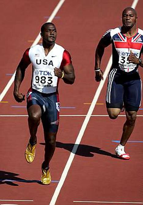 Mark Lewis-Francis (oik.) juoksi Helsingin MM-kisojen alkuerässä dopingistä myöhemmin kärynneen Justin Gatlinin perässä.