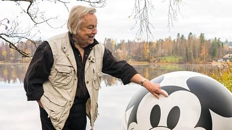 Disney otti yhteyttä muotoilija Eero Aarnioon. Mikin 90-vuotisjuhlavuoden kunniaksi Pallotuoli sai uuden ilmeen.