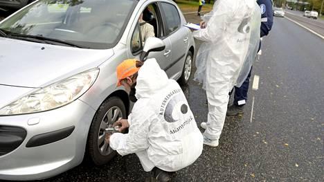 Rengasyritysten työntekijät tarkistivat poliisin apuna autojen renkaita valtakunnallisen Rengasratsia-kampanjaviikon aikana.