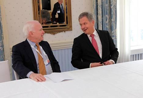 Presidentti Sauli Niinistö tapasi McCainin vuonna 2015 Münchenissä.