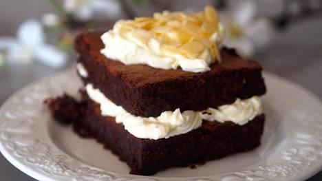 Suklaakakku on niin täyteläinen, että siitä riittää jo pienikin pala.