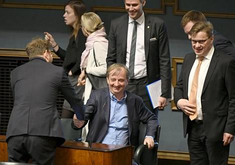 Kansanedustaja Harry Harkimo on nyt virallisesti Liike nyt -ryhmän kansanedustaja. Kansanedustaja Timo Harakka (sd) onnitteli Harkimoa eilisen kyselytunnin alussa.