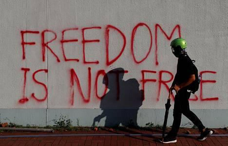 """""""Vapaus ei ole vapaata"""", luki seinämaalauksessa."""