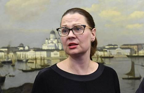 Turun kaupunginjohtaja Minna Arven mielestä tarvitaan muitakin ratkaisuja kuin lennon perumisia.