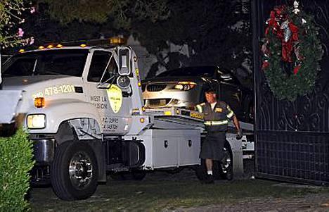 Michael Jacksonin lääkärille kuuluva BMW-henkilöauto hinattiin pois tähden asunnolta perjantaina. Autosta uskottiin löytyvän tutkinnan kannalta olennaisia lääkkeitä.