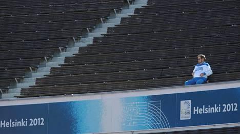 Yksinäinen katsoja oli seuraamassa yleisurheilun EM-kisoja Helsingin olympiastadionilla 2012.