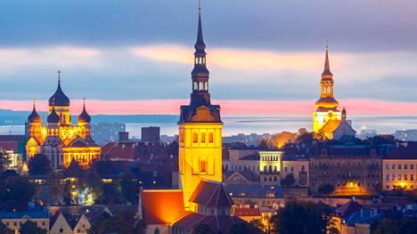 Visit Estonia -sivusto muistuttaa, että vaatimusten mukainen heijastin on kiinnitettävä takin ajokaistan puolelle jäävään hihaan siten, että heijastimen korkeus maasta on noin 50–80 senttiä.
