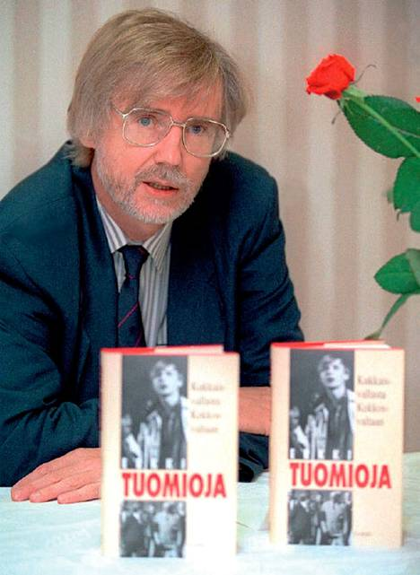 Tuomioja kirjansa Kukkaisvallasta Kekkosvaltaan julkistamistilaisuudessa lokakuussa 1993.