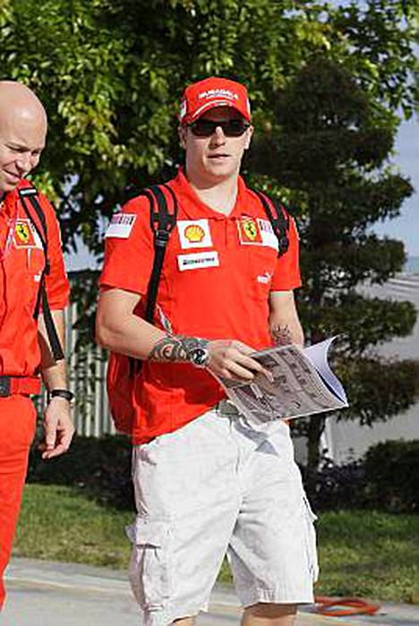 Kimi Räikkönen saapumassa Sepangin radalle Malesian gp:n harjoituksissa perjantaina.