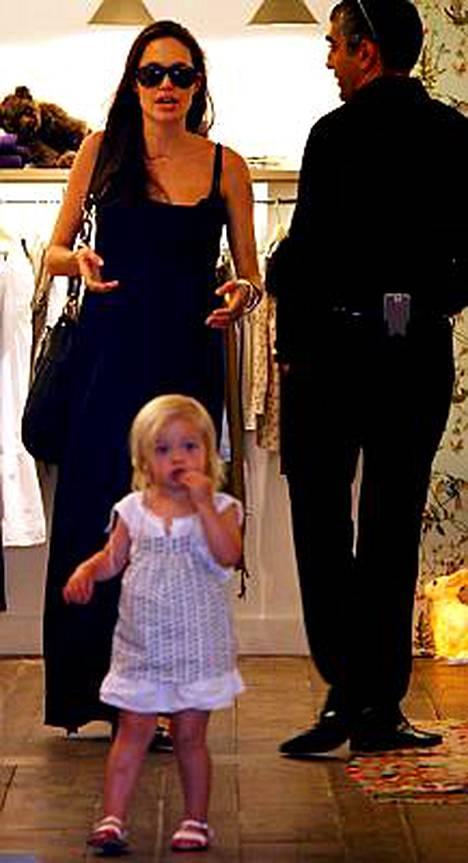 Suri Cruisen tavoin Shiloh tapaa shoppailla äitinsä kanssa.