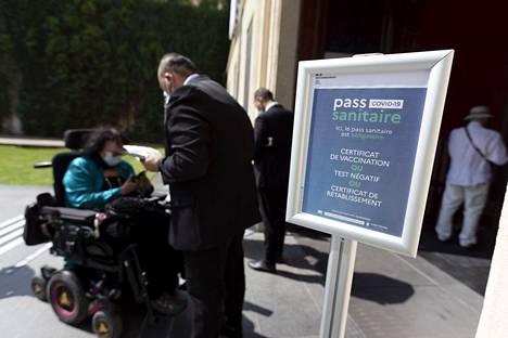 Ranskassa Montpellierissä sijaitsevassa Fabre-museossa tarkistetaan koronapassit ennen sisäänpääsyä.